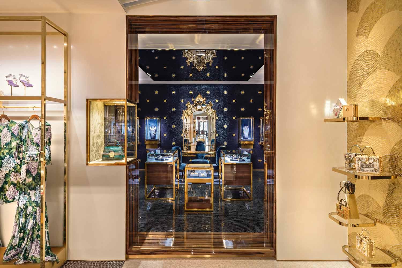 © Antoine Huot, courtesy Carbondale Le pareti del corridoio di distribuzione a piano terra sono rivestite di mosaico in foglia d'oro, realizzato a mano da artigiani locali, con mensole in ottone su cui sono esposti  gli accessori e le borse di Dolce & Gabbana.