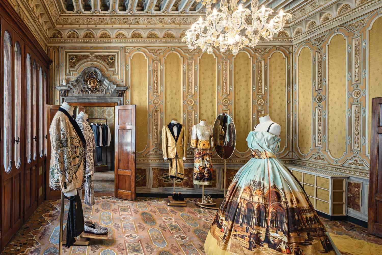 © Antoine Huot, courtesy Carbondale Palazzo Torres è stato costruito alla fine dell'Ottocento con uno stile eclettico neorinascimentale. La boutique di Dolce & Gabbana si sviluppa su due livelli, in un dialogo tra spazi storici e contemporanei.