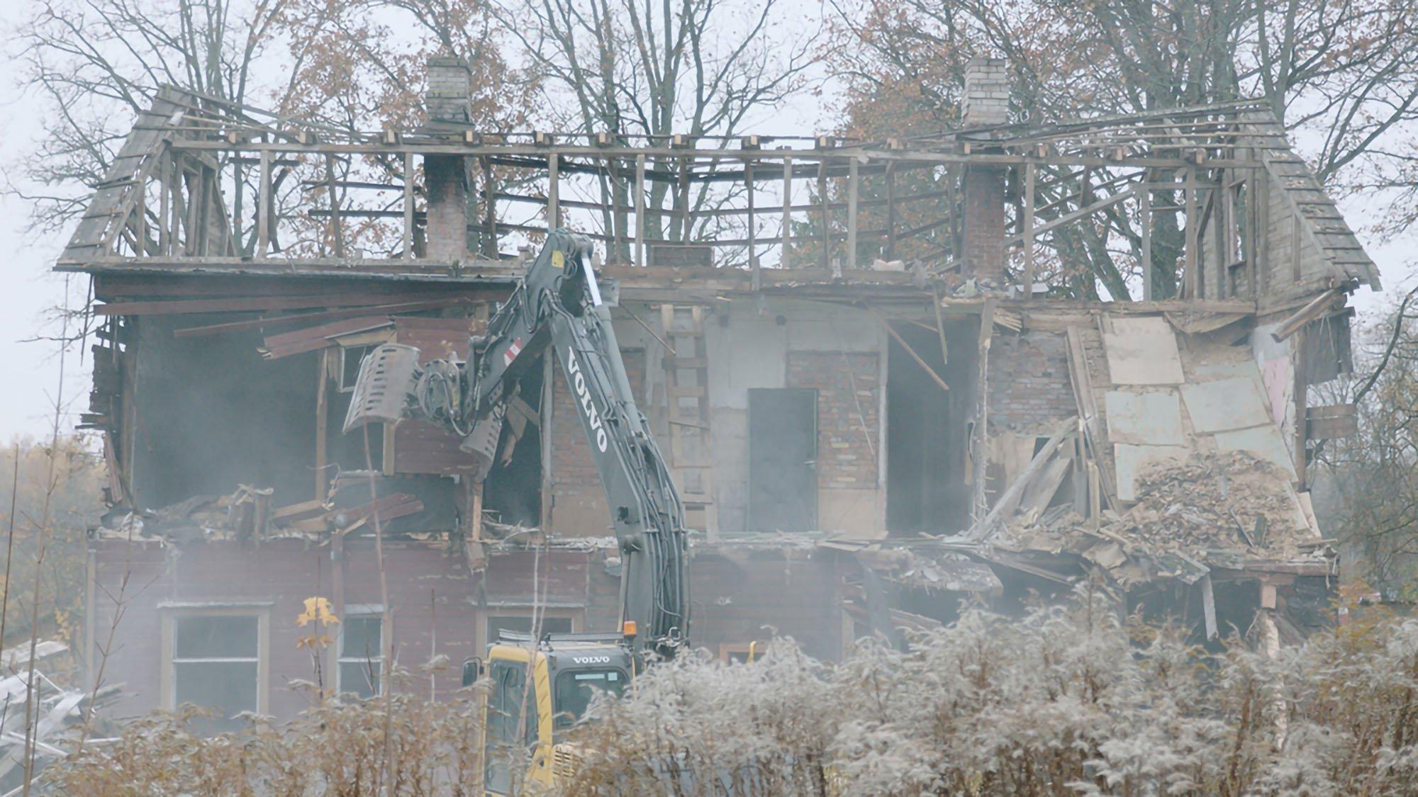 17_Frame del film_The demolition of an abandoned building in Valga ©Anna Hints