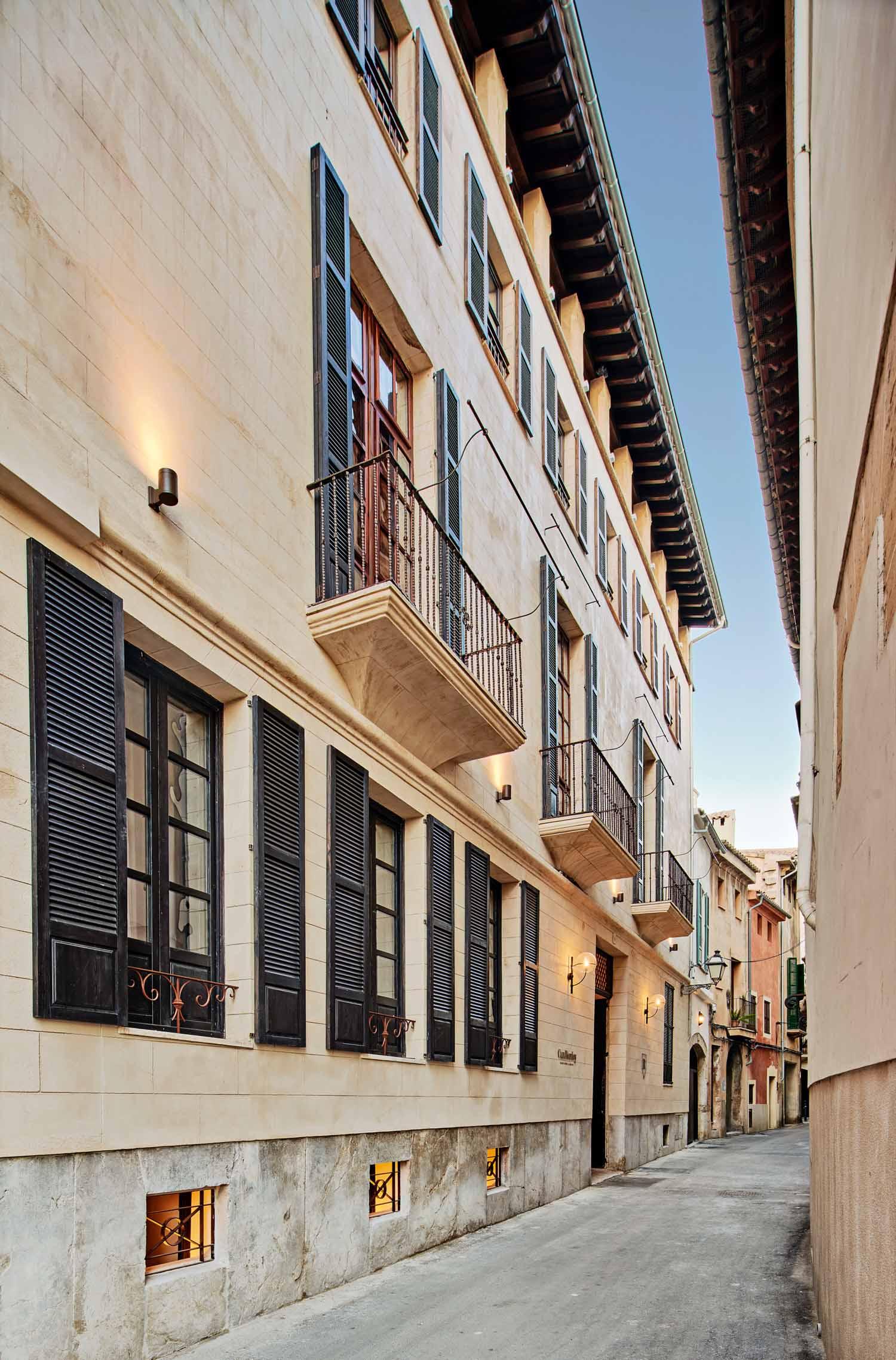 © José Hevia, courtesy OHLAB L'hotel è situato nel quartiere di La Lonja, nel cuore del centro storico di Palma di Maiorca.