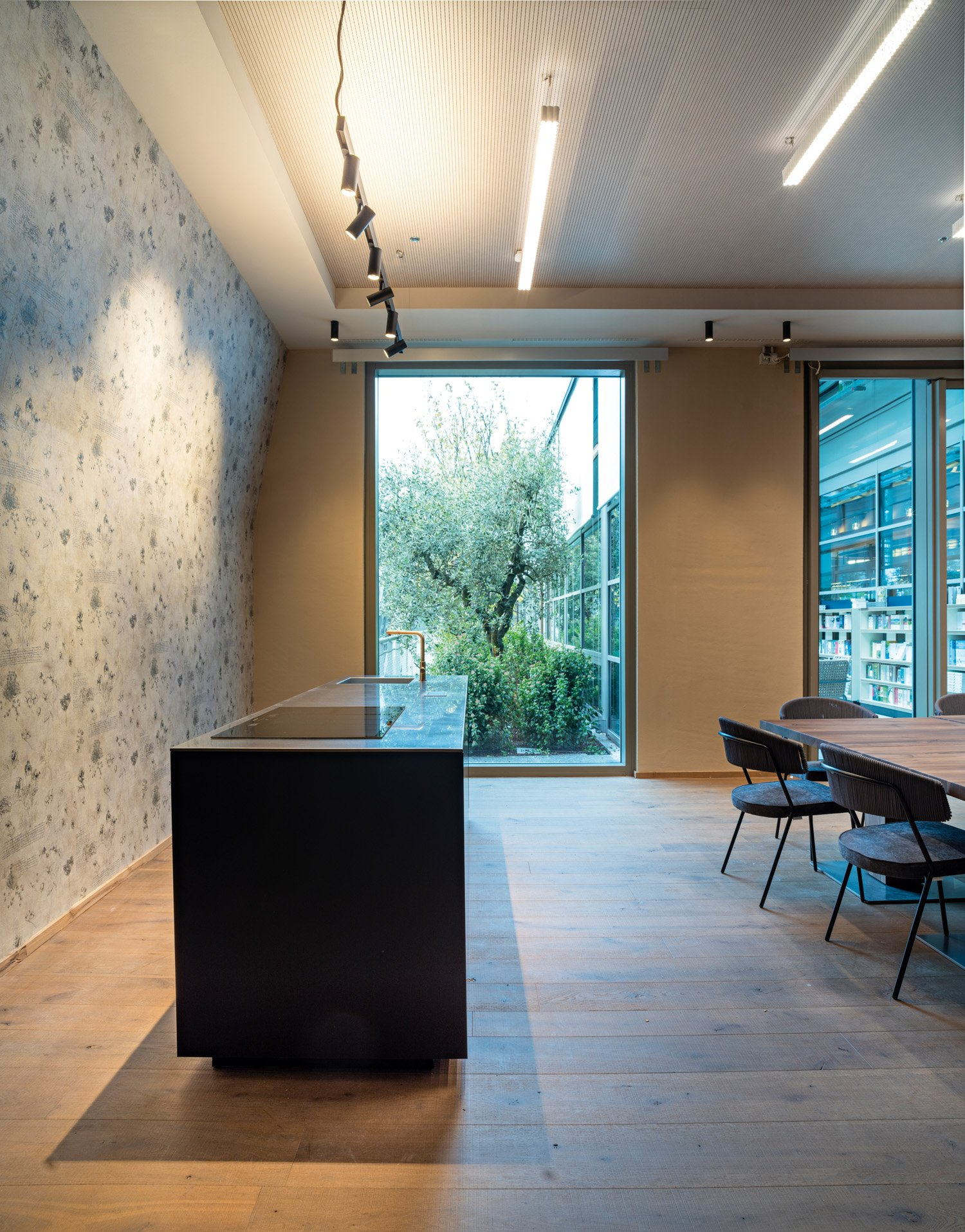 © Fabio Oggero courtesy ACC Naturale Architettura e Negozio Blu Architetti Associati Man-made lighting creates a dialogue with natural light as an integral part of the architectural approach, flooding the interior spaces through large windows that also offer outside views.