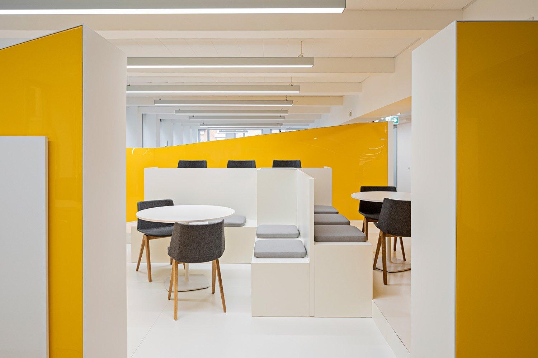 © Cortili Photo, courtesy Lombardini22 Colori corporate come il giallo, il nero e il grigio scandiscono e suddividono con immediatezza le diverse aree per garantire un buon livello di acustica oltre a privacy  e concentrazione.
