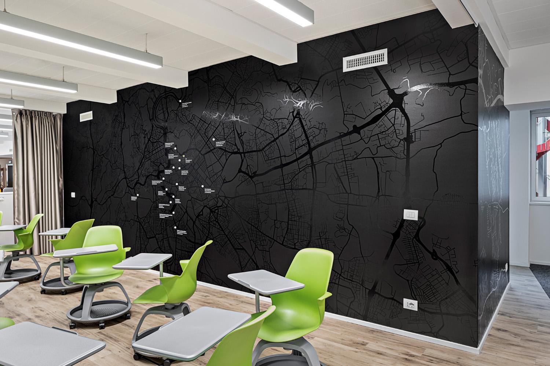 © Cortili Photo, courtesy Lombardini22 Gli spazi interni si caratterizzano per  la grande differenziazione tipologica degli ambienti e delle postazioni. Presenza costante è la vegetazione diffusa tra le postazioni di lavoro.