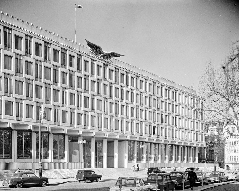 L'ambasciata degli Stati Uniti a Londra del 1960, che nei prossimi anni verrà trasformata nell'hotel 30 Grosvenor Square Foto di Balthazar Korab, courtesy Library of Congress
