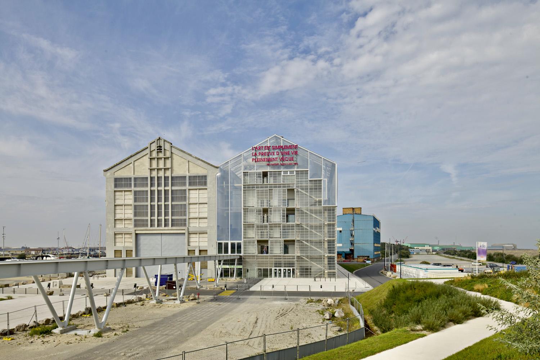 FRAC Nord-Pas de Calais a Dunkerque, Francia, realizzato nel 2013 affiancando a un magazzino navale degli anni '40 un edificio gemello. Foto e courtesy Philippe Ruault. Disegno e courtesy Lacaton & Vassal