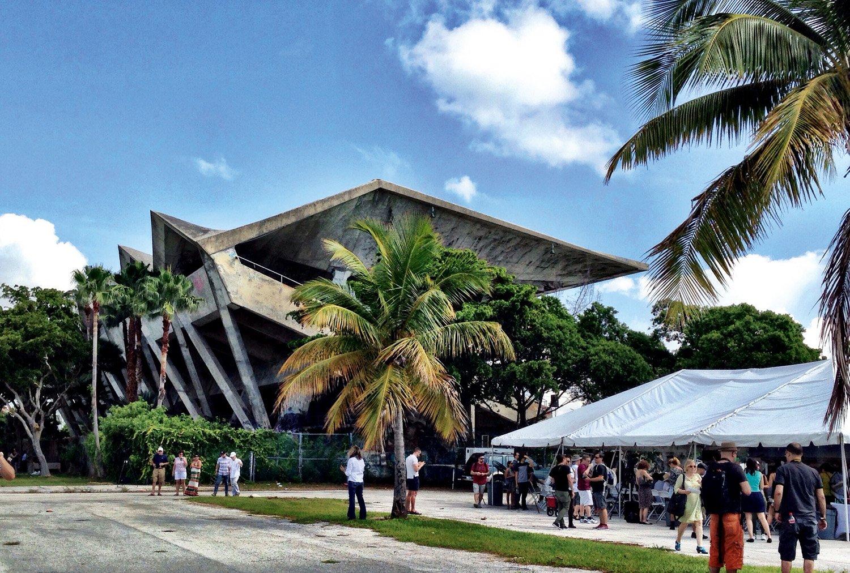 Il Miami Marine Stadium di Hilario Candela (1963) a Miami, Florida (USA), rimane a rischio demolizione nonostante il suo ruolo attivo nella vita urbana. Foto di Ines Hegedus-Garcia / Flickr.com. Immagine con licenza CC BY 2.0 (2014)