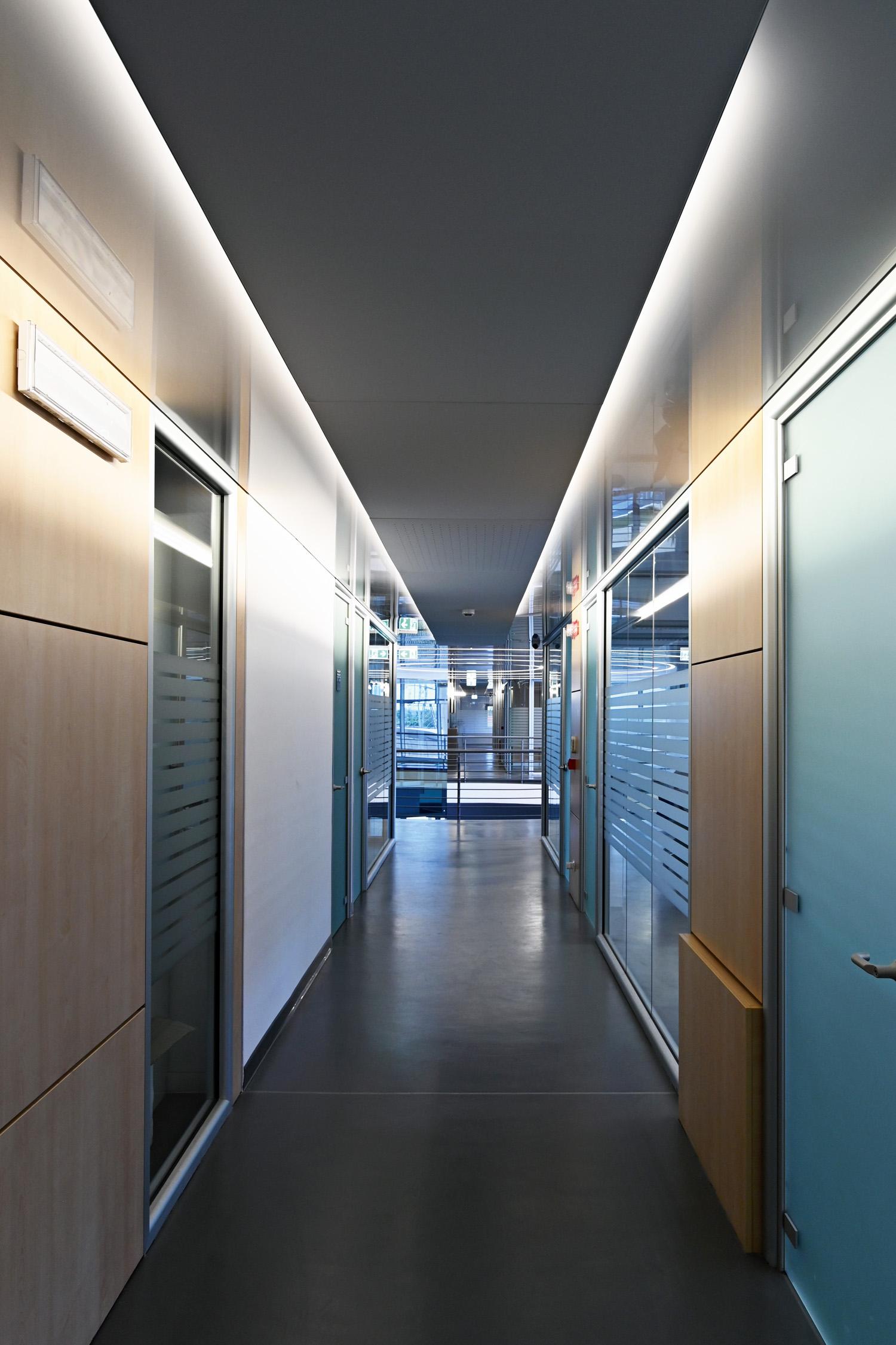 Pannelli sospesi rivestiti con telo Artolis nei corridoi degli uffici Courtesy of Barrisol