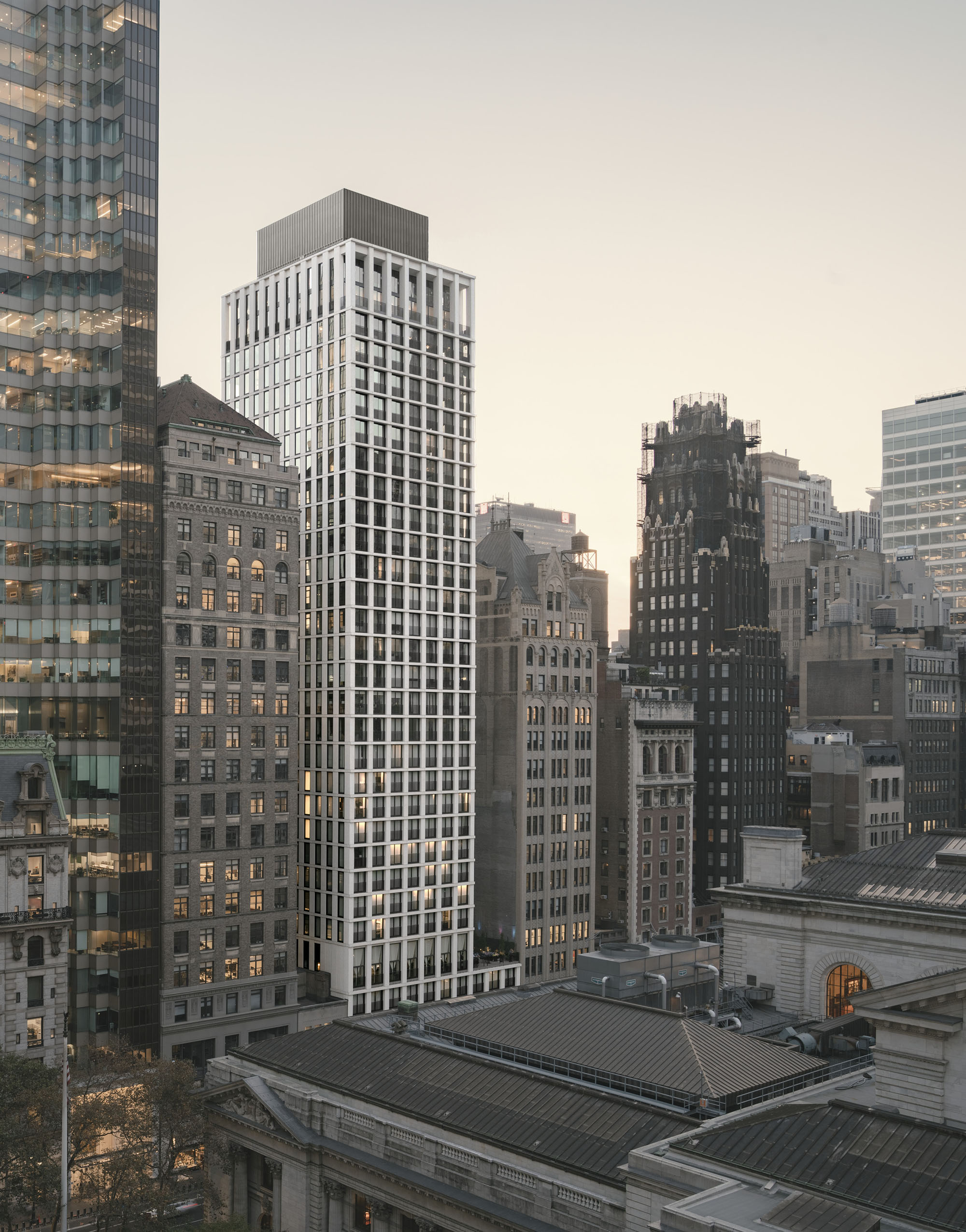 © Simon Menges The building follows the typical New York tower composition: base, middle and crown