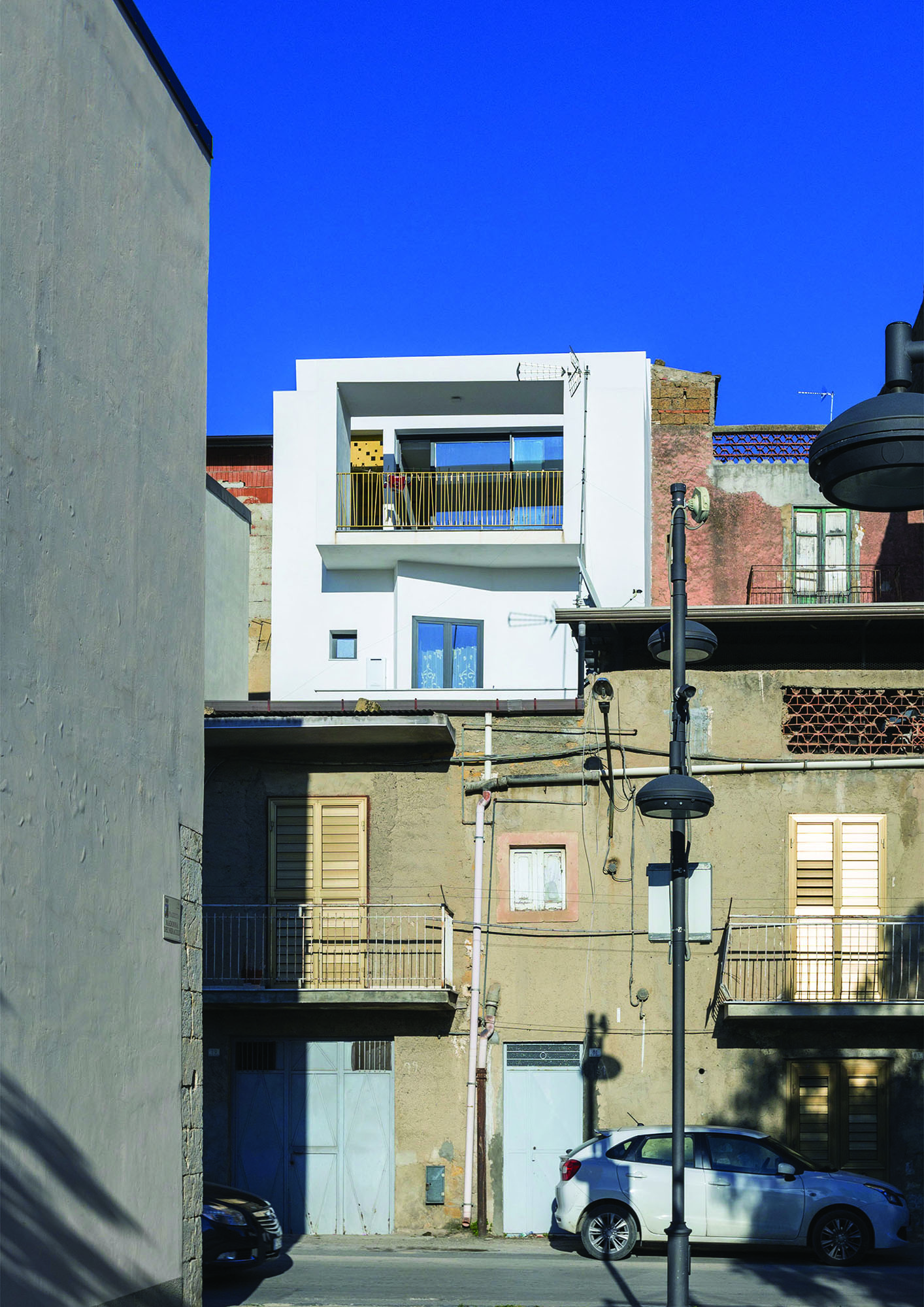 Edificio inserito nel contesto urbano, prospetto ovest – Building placed in the urban context, west elevation