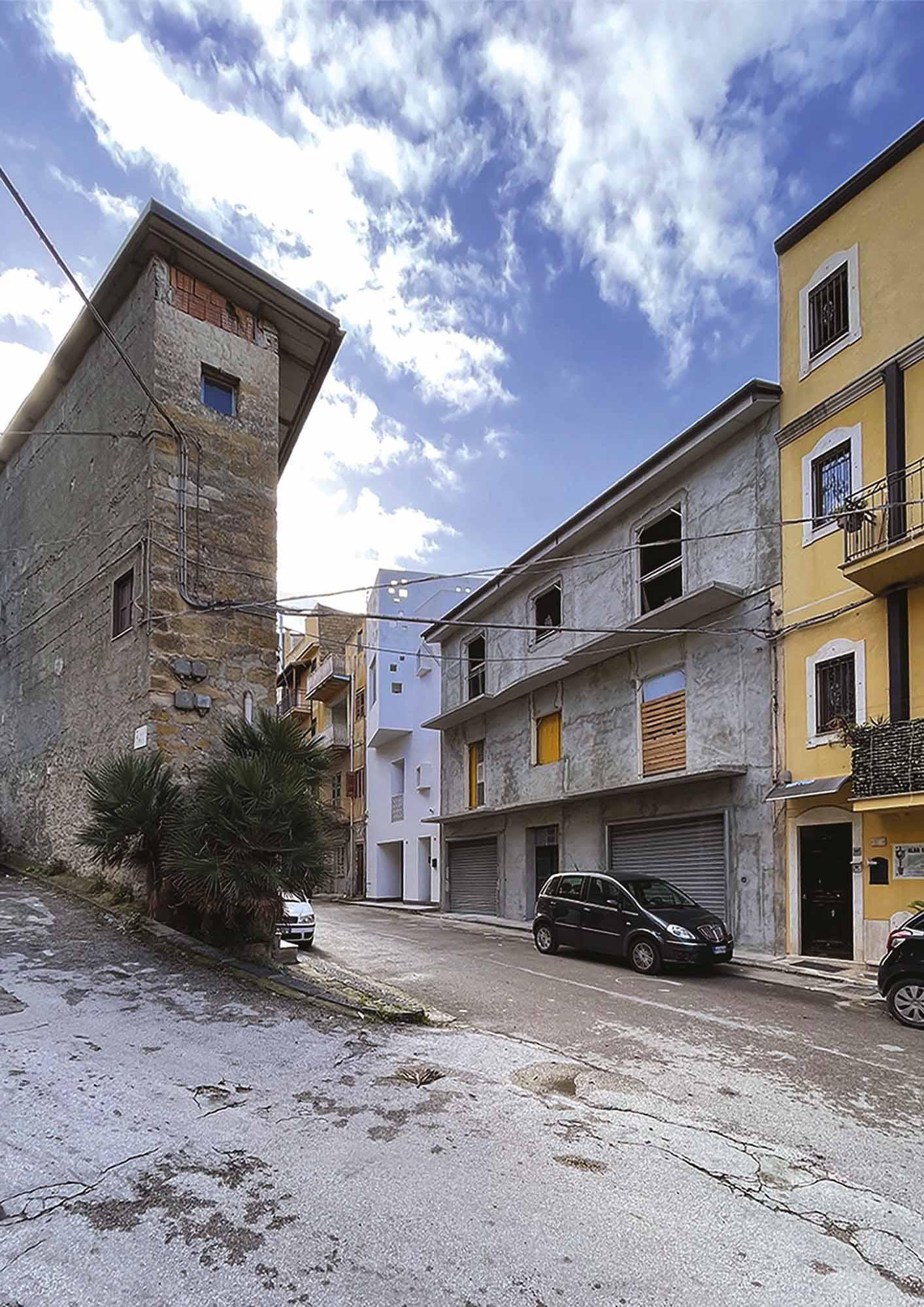 Edificio inserito nel contesto urbano, prospetto est – Building placed in the urban context, east elevation