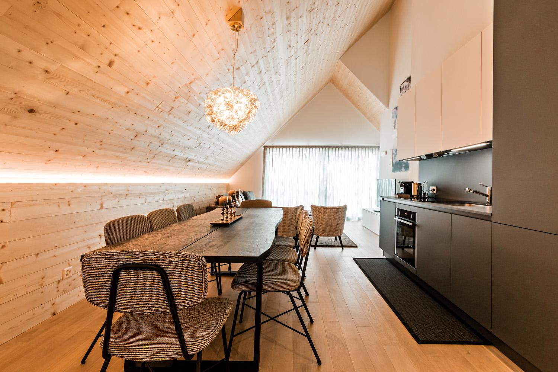 © Giacomo Carena, courtesy A++ L'attico del The Base è un appartamento di categoria deluxe con una metratura di  90 m2. L'unità include due camere matrimoniali, angolo cottura e soggiorno, affacciato sul paesaggio montano  e dotato di divano letto.