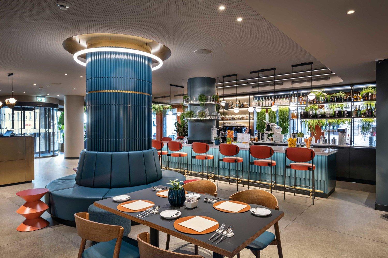 © Tiziano Scaffai, courtesy of Rizoma Architetture Per il progetto degli interni sono stati scelti materiali naturali, come il legno, e una palette  di colori ispirata al paesaggio di Lugano: protagonisti sono il blu e il verde,  con tocchi di rosso e fucsia.