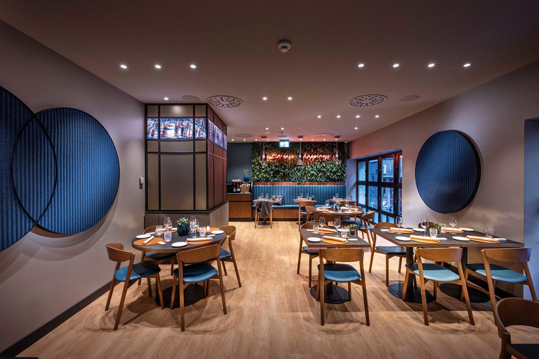 © Tiziano Scaffai, courtesy of Rizoma Architetture Gli spazi comuni si susseguono in maniera fluida, lungo un percorso che attraversa la lobby,  il cocktail bar con zona lounge, la sala dedicata  al buffet della colazione e il ristorante.