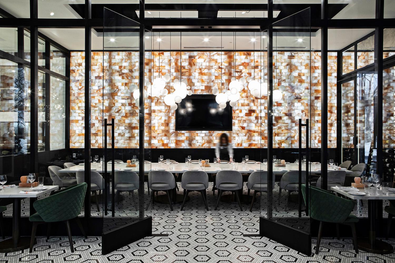 © DluxCreative, courtesy Lemay + Escobar Anche i pavimenti seguono lo stile eclettico che caratterizza il progetto degli interni: porzioni di parquet in noce sono accostate a zone rivestite in tessere di mosaico, con un motivo geometrico definito dal contrasto tra colore chiaro e scuro.