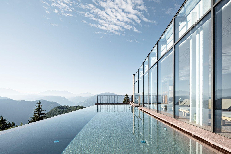 © Samuel Holzner, courtesy dell'autore L'offerta dell'hotel include due piscine panoramiche in copertura, una interna e una esterna, oltre a un'area destinata ai trattamenti nella parte inferiore della struttura, con sauna, bagno turco, una stanza per lo yoga e una sala relax.