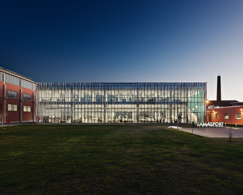 © Mario Frusca, courtesy Frigerio Design Group L'edificio si inserisce al centro del complesso industriale ed è collegato alle costruzioni esistenti attraverso passaggi trasparenti.