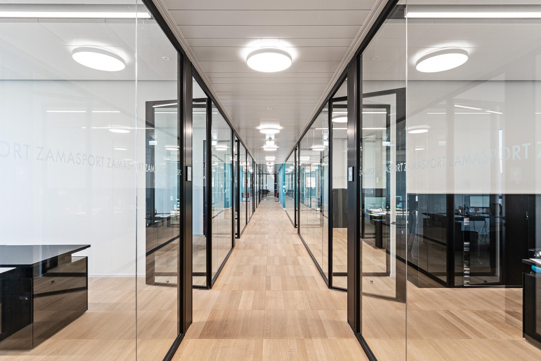 © Mario Frusca, courtesy Frigerio Design Group Gli ambienti interni sono ampi e luminosi, con arredi modulari e finiture industriali,  che garantiscono comfort e flessibilità, oltre a un'agevole manutenzione nel tempo.