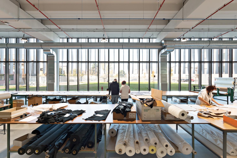 © Mario Frusca, courtesy Frigerio Design Group La facciata principale è completamente vetrata e percorsa da bandelle frangisole verticali curvilinee, che rievocano gli scampoli di un tessuto. Le aree di rappresentanza al primo piano si affacciano su due giardini sospesi interni.