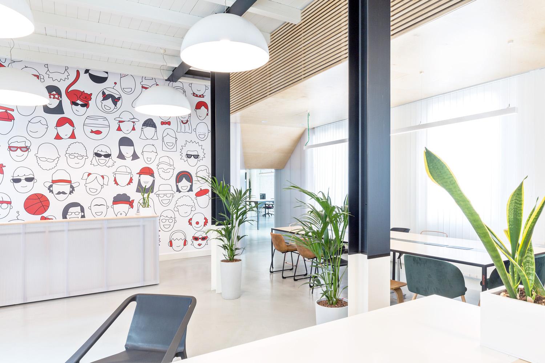 © Beppe Giardino, courtesy Balance Architettura I vari settori dell'ufficio, interconnessi tra loro,  si incontrano nell'ampio cortile e nello spazio  comune a piano terra, che può essere usato  anche per le riunioni.