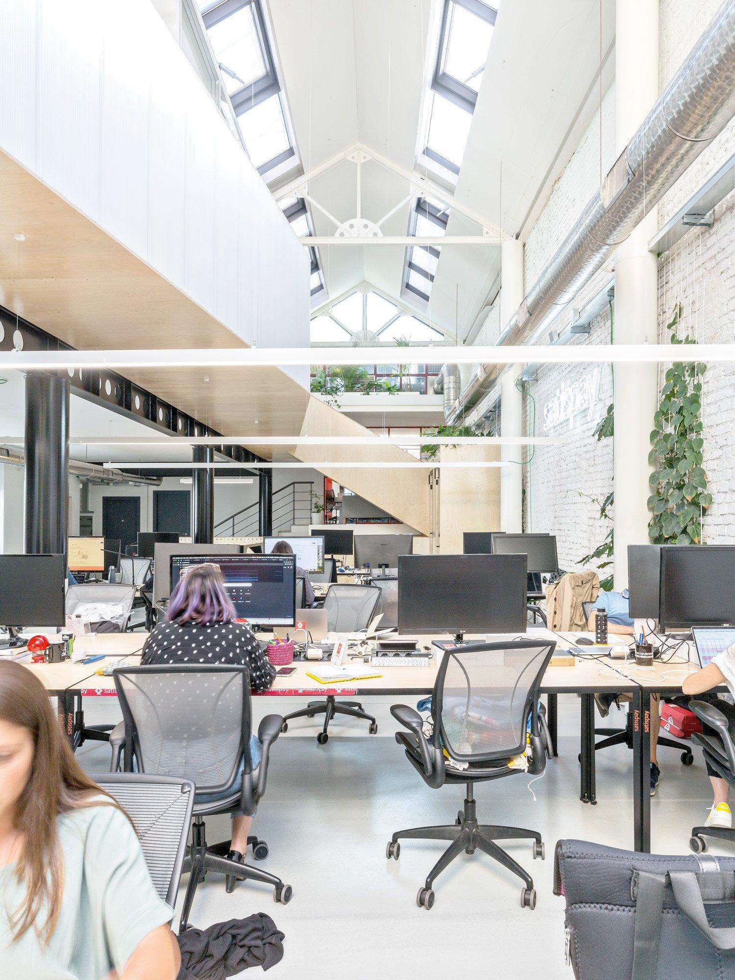 © Beppe Giardino, courtesy Balance Architettura Il fulcro del progetto è l'area marketing, che si trova nella porzione di fabbricato a doppia altezza,  con capriate metalliche e illuminazione zenitale.