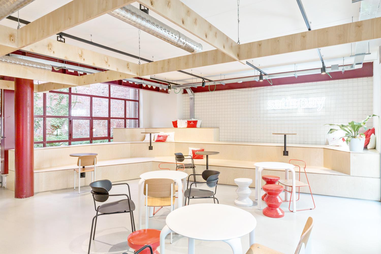© Beppe Giardino, courtesy Balance Architettura La palette dei materiali vede protagonisti  il legno di betulla degli arredi su misura e il cemento elicotterato delle pavimentazioni.