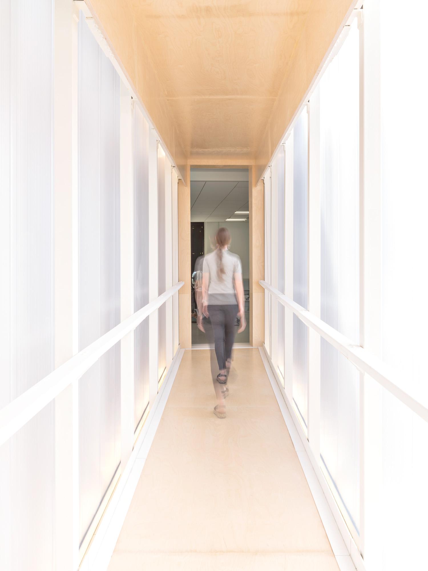 © Beppe Giardino, courtesy Balance Architettura Il camminamento sospeso è racchiuso da un involucro realizzato con pannelli in policarbonato da 60 mm arcoWall® di dott. Gallina. Le lastre color cristallo permettono l'illuminazione naturale del corridoio e la finitura opaca assicura una diffusione omogenea della luce.