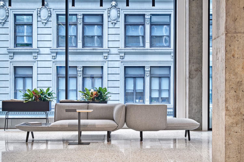 © Garrett Rowland, courtesy Perkins&Will Grazie alle ampie vetrate, che assicurano il massimo apporto  di luce naturale agli ambienti,  la città diventa parte dell'ufficio e viceversa, in una fusione tra interior design e architettura urbana.