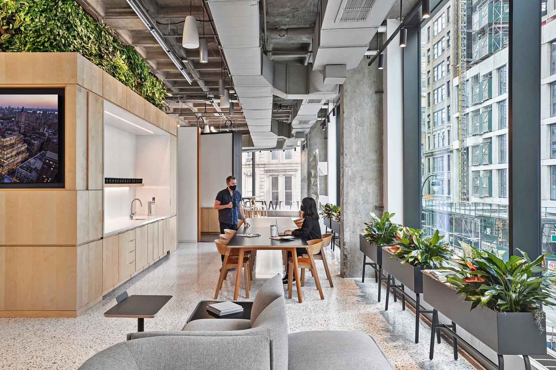 © Garrett Rowland, courtesy Perkins&Will L'interior design propone un mix tra lo stile tipico degli uffici e quello industriale, in cui le numerose piante e il legno chiaro degli arredi negli spazi comuni introducono un tocco elegante e sofisticato.