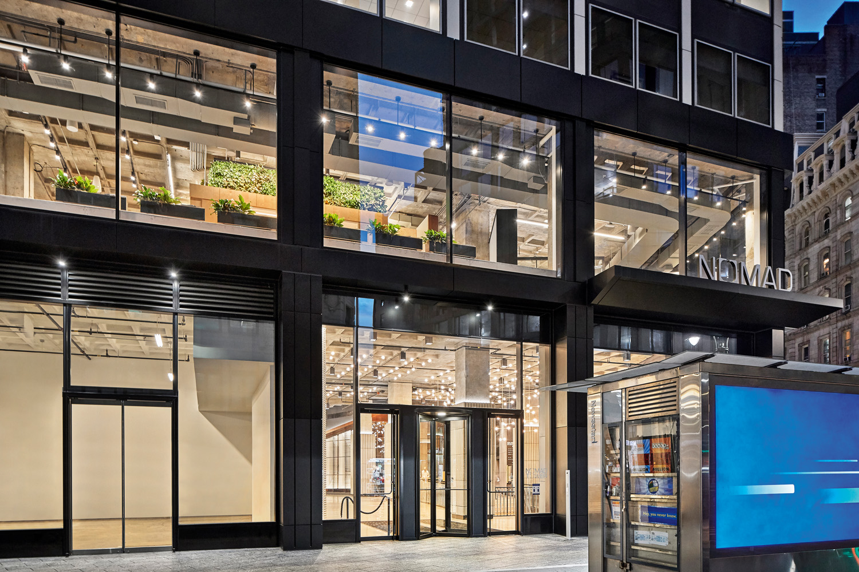 © Garrett Rowland, courtesy Perkins&Will I nuovi uffici newyorkesi di Perkins&Will si trovano al primo piano della Nomad Tower a Manhattan, all'angolo tra Broadway e la West 31st Street. La facciata vetrata di questo livello a doppia altezza invita i passanti a relazionarsi con l'attività dello studio.