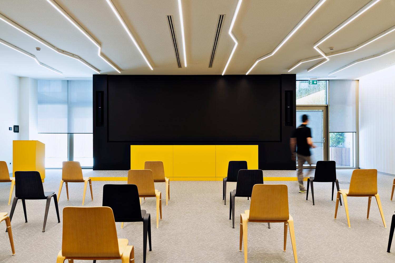© Stefano Anzini, courtesy Atelier(s) Alfonso Femia La palette dei colori del progetto si basa su toni neutri, con alcune superfici gialle che rappresentano un rimando cromatico al logo di Vimar.
