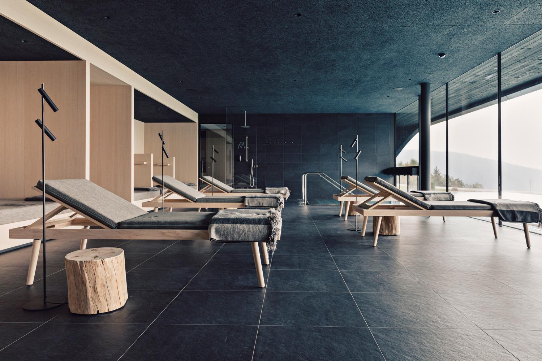 © Daniel Zangerl, courtesy Lea Ceramiche Spa dell'hotel Milla Montis, Maranza, Bolzano. Superfici ceramiche: Waterfall di Lea Ceramiche