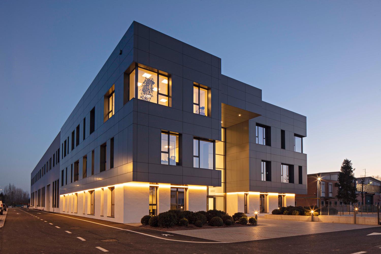 Sede Imal, Architetto Filippo Selmi, Modena, pannelli compositi in alluminio Stacbond® installati da Gecal. Foto © Luca Capuano
