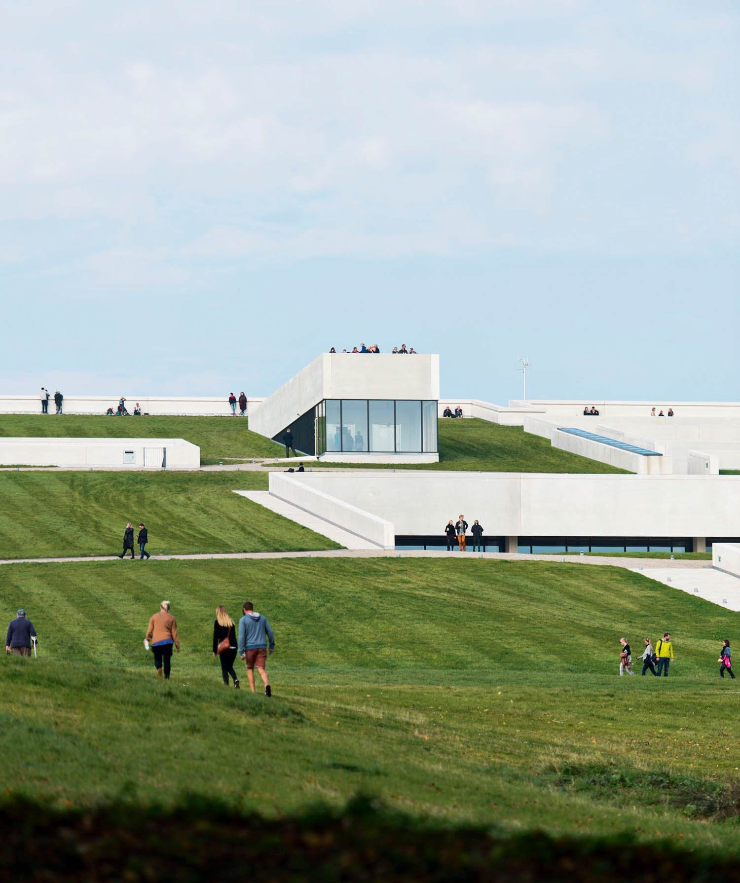 Tutte le immagini courtesy Henning Larsen Architects Museo Moesgaard, Henning Larsen Architects, Aarhus, Danimarca, 2014. Il museo sembra sollevarsi dal terreno come le opere archeologiche al suo interno © Jacob Due